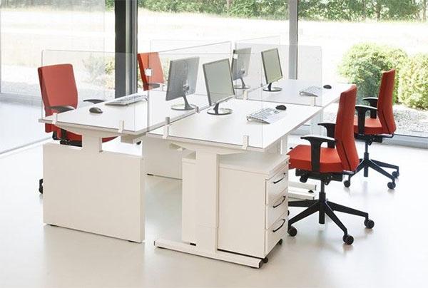 Scheidingswanden gemonteerd aan het bureau