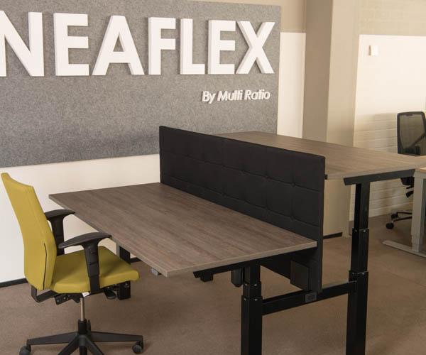 Modern kantoormeubilair zit sta bureau met scheidingswand
