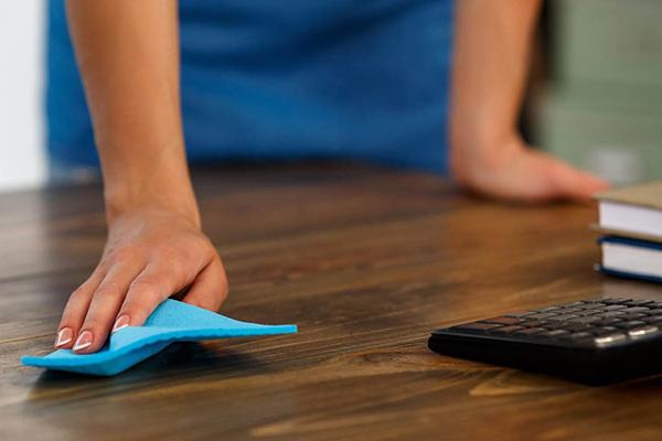 Maak je bureau regelmatig even schoon