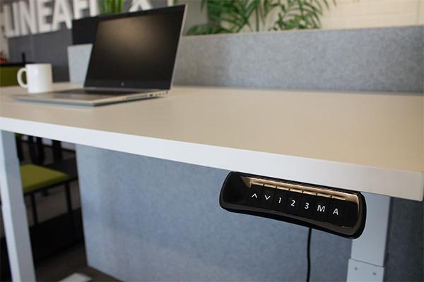 Let op de minimale en maximale hoogte van het bureau
