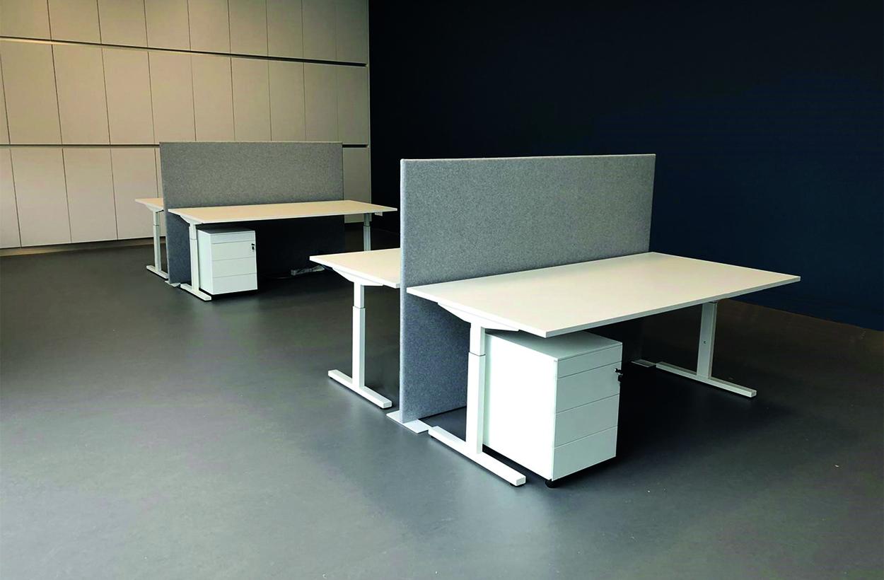 meerdere dubbel bureaus met scheidingswand