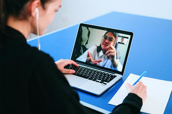 Het is belangrijk om virtuele bijeenkomsten te plannen.